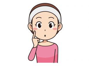ヘアバンドをした洗顔後と思われる女性が頬に指をあて、考えている様子